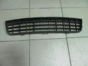 Решетка в бампер центральная AUDI A6 (2002-2005) без хрома 4B0807683L БУ 4B0807683L