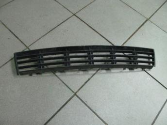 Решетка в бампер AUDI A4 (1999-2001) центральная 8D0807683AA БУ 8D0807683AA