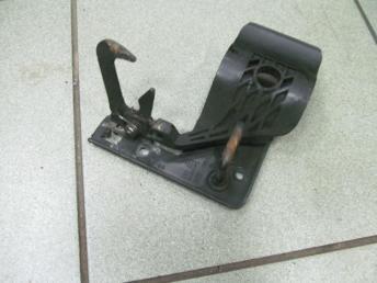 Крючок капота AUDI A3 (2004-2008) БУ 8P0823480