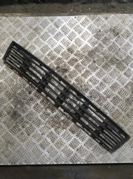 Решетка в бампер центральная Audi A4 B5 8D0807683AA