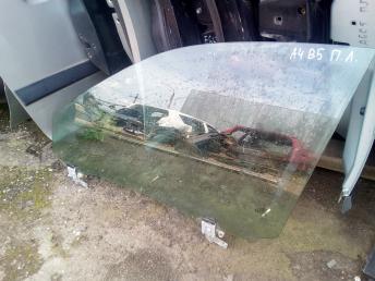 Стекло передней левой двери на Ауди А4 Б5 8D0845201